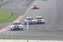 L'incidente fra Tin Sritrai, Volkswagen Golf GTI TCR, Team Thailand, e Kantadhee Kusiri, Volkswagen