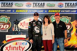 Race winner Erik Jones, Joe Gibbs Racing Toyota, with parents