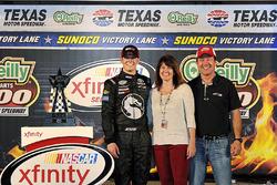 Ganador de la carrera Erik Jones, Joe Gibbs Racing Toyota, con patrocinadores