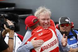 Sébastien Bourdais, Dale Coyne Racing Honda, celebrates his win with team owner Dale Coyne