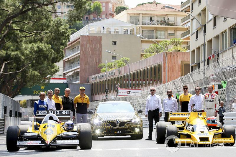 Ален Прост, Сириль Абитбуль, Нико Хюлькенберг, Джолион Палмер и Жан-Пьер Жабуй рядом с автомобилями Renault Sport F1 Team – RS01 и RE40