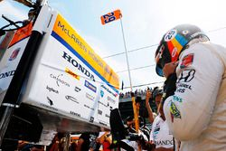 Fernando Alonso, Andretti Autosport Honda, puts on his helmet in the pits