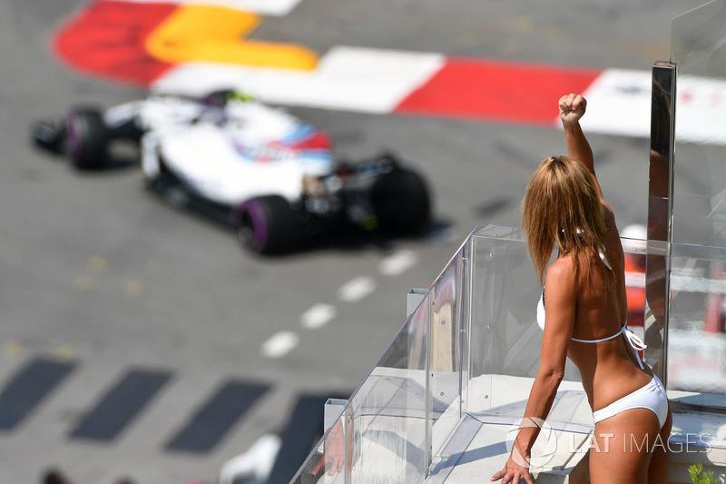 Una chica mira la acción en pista
