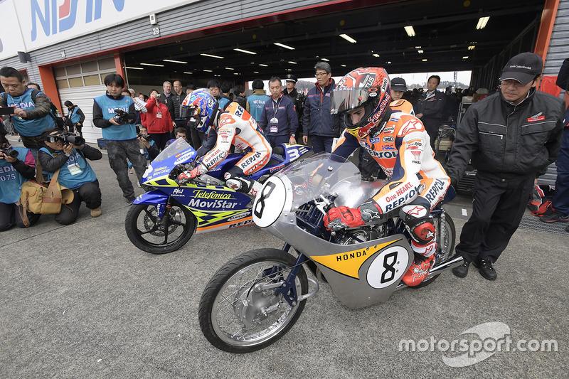Dani Pedrosa en la RS125R con la cual ganó en 2003 el Campeonato del Mundo de 125cc y Marc Márquez en su histórica RC142