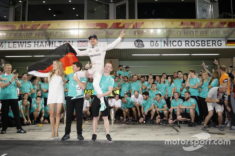 Nico Rosberg, Mercedes AMG F1 festeggia il suo Titolo Mondiale con sua moglie Vivian Rosberg e il team