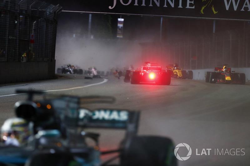Sebastian Vettel, Ferrari SF70H in testacoda dopo aver colpito il muro