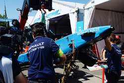 The car of Sébastien Buemi, Renault e.Dams, is returned to the pits after his crash