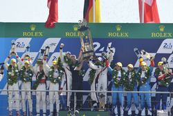 Podium : les vainqueurs Timo Bernhard, Earl Bamber, Brendon Hartley, Porsche Team, les deuxièmes, Ho-Pin Tung, Oliver Jarvis, Thomas Laurent, DC Racing, les troisièmes, Mathias Beche, David Heinemeier Hansson, Nelson Piquet Jr., Vaillante Rebellion Racing