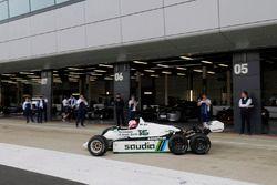 Martin Brundle muestra un FW08 seis ruedas