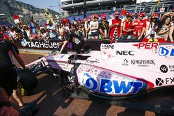 Автомобиль Sahara Force India F1 VJM10 Серхио Переса на пит-лейне