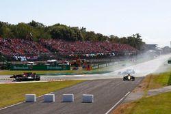 Fernando Alonso, McLaren MCL32, Romain Grosjean, Haas F1 Team VF-17, Jolyon Palmer, Renault Sport F1