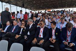 Da sx a dx: Il presidente della FIA Jean Todt, A.D. Liberty Media Chase Carey, Sebastian Vettel, Team Principal Ferrari Maurizio Arrivabene e l'ex pilota Ferrari Jean Alesi con il figlio Giuliano