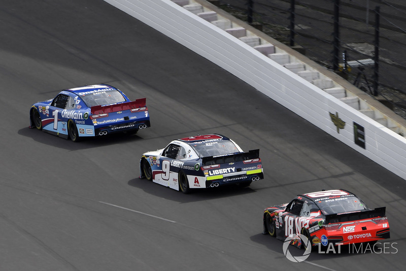 Elliott Sadler, JR Motorsports Chevrolet, William Byron, JR Motorsports Chevrolet y Kyle Busch, Joe Gibbs Racing Toyota