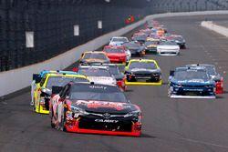 Kyle Busch, Joe Gibbs Racing Toyota, Paul Menard, Richard Childress Racing Chevrolet