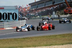 Damon Hill. Arrows A18, sorpassa Michael Schumacher, Ferrari F310B