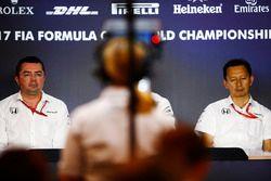 Гоночный директор McLaren Эрик Булье и руководитель программы Honda F1 Юсуке Хасегава