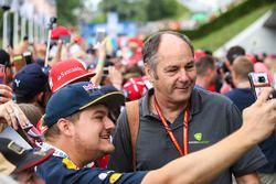 A fan gets a photo, Gerhard Berger