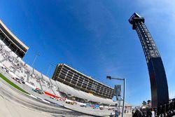Kevin Harvick, Stewart-Haas Racing Ford ve Brad Keselowski, Team Penske Ford