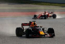 Макс Ферстаппен, Red Bull Racing RB13, и Кими Райкконен, Ferrari SF70H