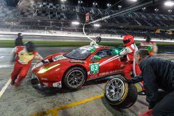 Пит-стоп: №63 Scuderia Corsa Ferrari 488 GT3: Кристина Нильсен, Алессандро Бальцан, Сэм Бёрд, Маттео