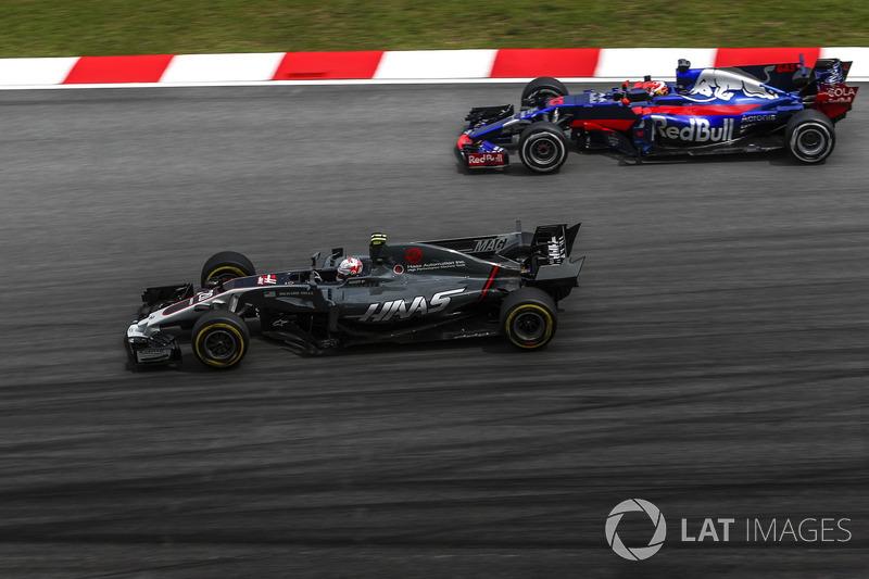 Kevin Magnussen, Haas F1 Team VF-17 y Pierre Gasly, Scuderia Toro Rosso STR12