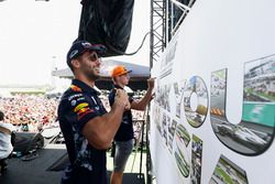 Daniel Ricciardo, Red Bull Racing, Max Verstappen, Red Bull, en el escenario de la F1