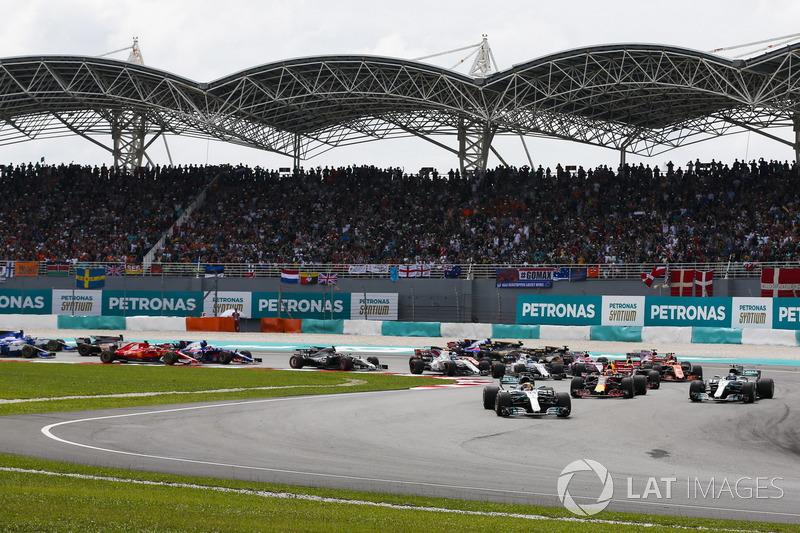 Старт гонки: Льюис Хэмилтон, Mercedes AMG F1 W08, Макс Ферстаппен и Даниэль Риккардо, Red Bull Racin