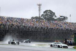 Lewis Hamilton, Mercedes AMG F1 W07 Hybrid, derrière la voiture de sécurité