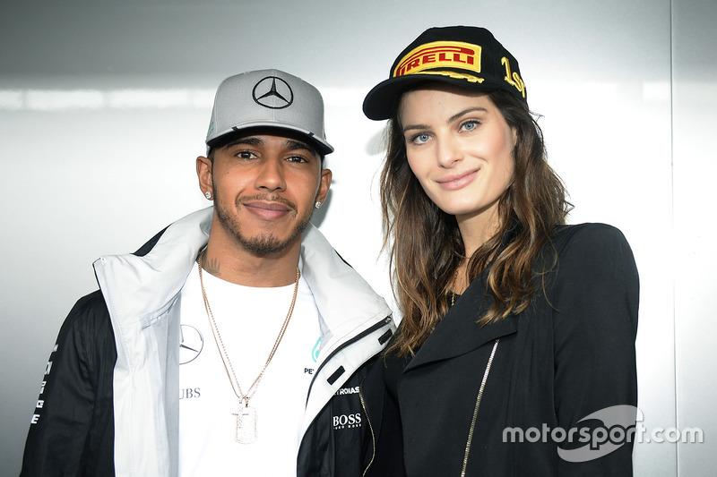 Hamilton también fue visto con frecuencia en eventos de moda, una de las pasiones del inglés. En la foto, con la modelo Isabeli Fontana durante un gran premio