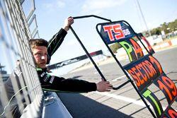 Tom Sykes, Kawasaki Racing, se fait panneauter depuis le muret des stands