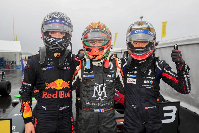 Il vincitore della gara Sacha Fenestraz, Josef Kaufmann Racing, il secondo classificato Dan Ticktum,