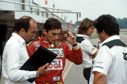 Ayrton Senna, habla de su primera vuelta en el Williams FW08C con el dueño Frank Williams y Allan Ch