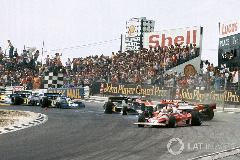 L'incidente tra Clay Regazzoni, Ferrari 312T2 e James Hunt, McLaren M23 mentre passa Niki Lauda, Ferrari 312T2