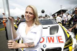 Gridgirl van #22 ROWE Racing, BMW M6 GT3: Klaus Graf, Richard Westbrook, Nicky Catsburg, Markus Palt