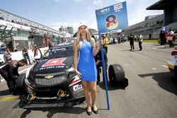 Grid girl de Sabine Schmitz, All-Inkl Motorsport, Chevrolet RML Cruze TC1