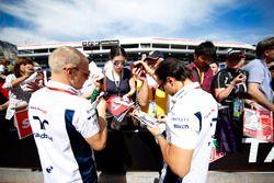 Valtteri Bottas, Williams, ve Felipe Massa, Williams, imza dağıtıyor