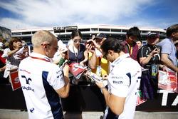 Valtteri Bottas, Williams, en Felipe Massa, Williams, signeren handtekeningen voor de fans