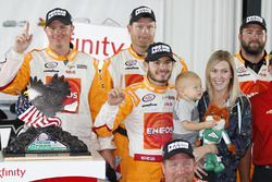 Race winner Kyle Larson, Chip Ganassi Racing Chevrolet with son Owen and girlfriend Katelyn Sweet