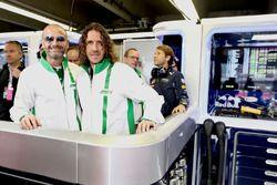 Gianluca Di Tondo, directeur général de Heineken, avec l'ambassadeur Carles Puyol dans le garage Red Bull