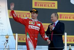 Podium : le troisième, Kimi Raikkonen, Ferrari et Vladimir Poutine, Président de la Fédération de Russie