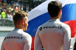 Kevin Magnussen, Renault Sport F1 Team et Jolyon Palmer, Renault Sport F1 Team sur la grille durant l'hymne national
