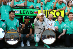 Lewis Hamilton, Mercedes AMG F1 Team and Nico Rosberg, Mercedes AMG F1 Team celebrate with the team