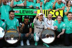 Lewis Hamilton, Mercedes AMG F1 Team et Nico Rosberg, Mercedes AMG F1 Team fêtent leur doublé avec l'équipe