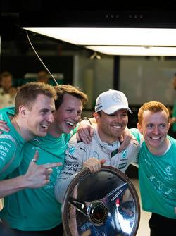 Le vainqueur Nico Rosberg, Mercedes AMG F1 fête sa victoire avec son équipe