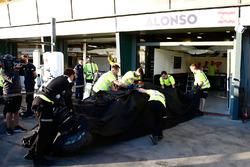 Механики доставляют машину Фернандо Алонсо после аварии