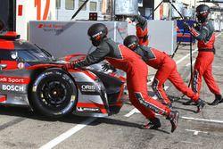 #7 Audi Sport Team Joest Audi R18, Mechaniker bei der Arbeit