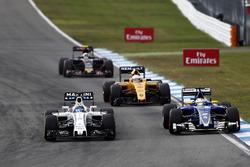 Felipe Massa, Williams FW38 en Marcus Ericsson, Sauber C35 vechten voor positie