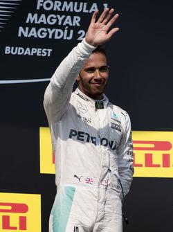 Lewis Hamilton, Mercedes en el podio