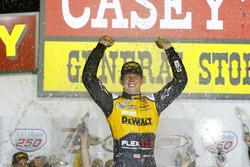 Il vincitore della gara Erik Jones, Joe Gibbs Racing Toyota