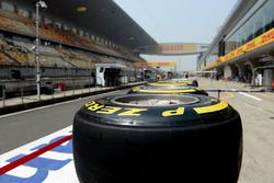 Des pneus Pirelli dans la ligne des stands
